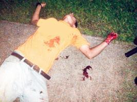 Salazar Méndez yace en el piso luego de ser herido de bala