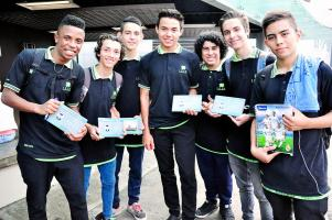 Un grupo de estudiantes del Liceo San José de Alajuela fue a recibir a Keylor. (Foto: Francisco Herrera)
