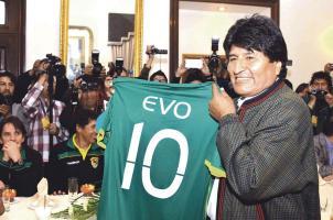 Evo Morales les prometió el cielo y las estrellas a los jugadores de su selección si clasifican a Rusia 2018. (Foto: EFE)