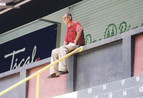 Cruz Campos, presidente de Carmelita, no pierde detalle al partido entre su equipo y Herediano. En esa gradería norte suele ver los partidos. (Foto: José Venegas)