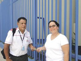 Johnny Méndez, colaborador de DIARIO EXTRA, le entrega el dinero a Georgete Ugarte