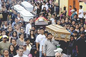 Los entierros múltiples se volvieron cosa de todos los días