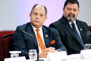Tras participar en un acto oficial en el TSE, DIARIO EXTRA intentó conversar con el presidente Solís,  pero no fue posible ya que salió por una puerta privada