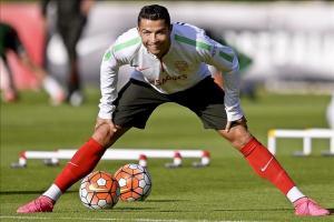 Ronaldo se muestra confiado y destaca que Portugal está a un paso del Europeo El delantero de la selección portuguesa, Cristiano Ronaldo durante el entrenamiento del equipo celebrado en Braga, Portuga