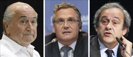 El Comité de Ética suspende a Blatter, Platini y Valcke Medios de comunicación hacen guardia ante la sede de la FIFA en Zúrich (Suiza) hoy, 8 de octubre de 2015. El Comité de Ética de la FIFA ha suspe