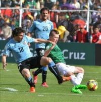 0-2. Uruguay vence a Bolivia y rompe el maleficio de medio siglo en la altitud El jugador de Uruguay Martin Cáceres (i) celebra un gol con Álvaro Pereira, de Uruguay, ante Bolivia hoy, jueves 8 de oct