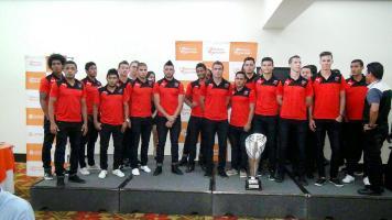 Alajuelense recibió ayer el título de subcamepón nacional de la temporada anterior, los jugadores dejaron ver su molestia