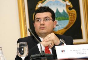 El ministro Sergio Alfaro dijo el 25 de setiembre que investigarían a dos funcionarias por su relación con el asesor presidencial que enfrenta acciones judiciales