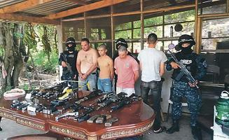 En la operación que produjo las detenciones la policía decomisó a los arrestados una quincena de armas de fuego, teléfonos y motocicletas