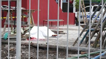 El cadáver de Chavarría terminó sobre el pavimento con la estructura metálica sobre él