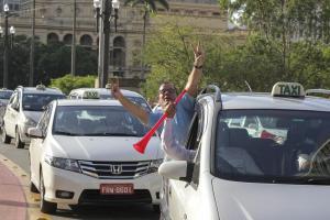 Taxistas celebran el anuncio de la reglamentación de un nuevo servicio de taxis el 8 de octubre de 2015, en Sao Paulo (Brasil). EFE