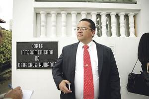 Los abogados Boris Molina en la foto y Huberth May se mostraron satisfechos tras la decisión de la CorteIDH de pedir cuentas al Estado sobre el actuar de la Sala Cuarta en el caso FIV