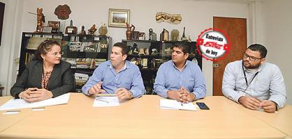 Patricio Solís y Juan Alberto Castro, de Coopesantos, se entrevistaron con Iary Gómez, gerente general del Grupo Extra, y Carlos Castro, jefe de Redacción de DIARIO EXTRA