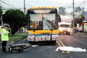 Un oficial de tránsito recopiló información sobre el violento choque entre una moto y un bus que dejó una persona fallecida en el sitio