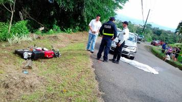 La moto quedó a pocos metros del cuerpo tras la colisión