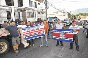Un grupo de dueños de grúas se manifestaron ayer en las cercanías del CTP