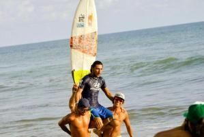 """""""Chino"""" Herrera salió en hombros de la playa de Esterillos Oeste. (Foto: Alexánder Pérez, corresponsal)"""