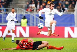 Gareth Bale elude la barrida de Ivan Ordets del Shakhtar ayer en la Arena Lviv. (Foto: EFE)