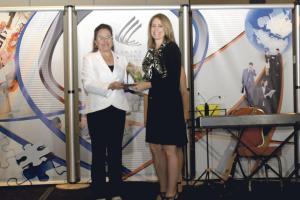 Iary Gómez, gerente general del Grupo Extra, entregó anoche el galardón a Abril Gordienko como profesional liberal en el marco de los Premios Alborada