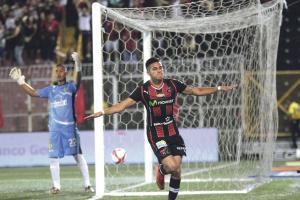 El papá de Rónald Matarrita recuerda que desde niño le compraron uniformes de Liga Deportiva Alajuelense