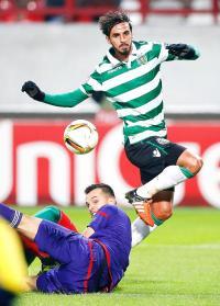 Bryan Ruiz define sobre la salida del portero para el segundo gol del Sporting en Rusia. (Foto: EFE)