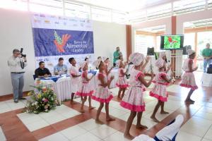 Grupos de niños limonenses engalanaron ayer la apertura del nuevo Banco de Alimentos