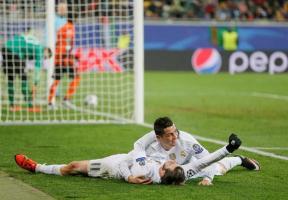 El delantero portugués del Real Madrid, Cristiano Ronaldo, celebra con Gareth Bale uno de sus goles durante el partido del grupo A de la Liga de Campeones disputado ante el Shakhtar Donetsk, en el Are