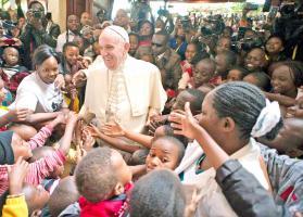 El Santo Padre saludó a un grupo de niños durante su visita a Nairobi y tuvo un encuentro multitudinario con jóvenes en un estadio