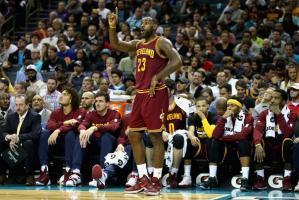 LeBron James anotó 25 puntos y logró 13 rebotes.