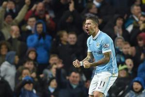 Aleksandar Kolarov celebra el gol que anotó hoy en la victoria del Manchester City que llegó a la cima de la Premier League.
