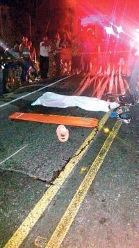 El motociclista perdió la vida tras impactar contra la parte trasera del camión cargado de tucas. (Imagen con fines ilustrativos)