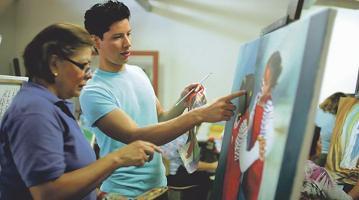 Avellán aceptó el reto de la pintura y ahora les enseña a muchos la pasión de los trazos