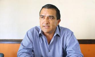 Dennis Torres entregó la notificación sobre la nueva junta directiva del equipo al gerente Jorge Ortega en las oficinas del club en el Fello Meza