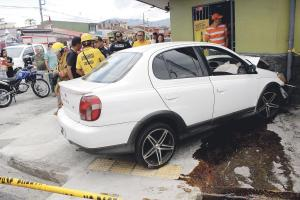 El carro quedó en la acera tras la violenta colisión