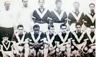 """El equipo brumoso tuvo en su planilla en 1963 a los siguientes futbolistas: De izquierda a derecha de pie: D.T. Julio Kelman (uruguayo), Asdrúbal Meneses, Rodrigo """"Peli"""" Agüero, Tarsicio Guillén, Robe"""