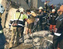 Los cuerpos de rescate sacaron a algunas personas de los escombros