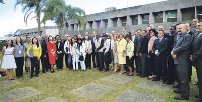 En los jardines de Casa Presidencial el presidente Solís recibió a los observadores internacionales para las elecciones municipales. Todos lucirán un chaleco beige con el logo de la OEA