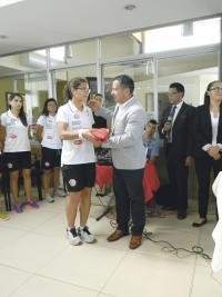 La goleadora Raquel Rodríguez recibió el pabellón nacional durante la juramentación de la Tricolor femenina. (Foto: Carlos Barquero)