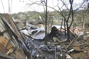 Las latas de zinc quedaron como evidencia del siniestro que se desató en una vivienda; un fogón pudo provocar el fuego