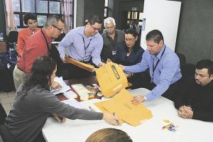 Personal del TSE y fiscales de partidos se sumaron al escrutinio (Foto: Stephanie Sánchez)