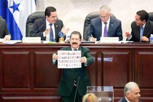 Zelaya, cuyo partido es la primera fuerza de oposición, enfatizó que aunque no está juzgando a nadie, pide que se aclare lo de los cheques