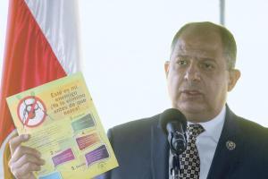 El presidente Solís recordó a los alumnos participar activamente en la eliminación de criaderos del mosquito Aedes aegypti
