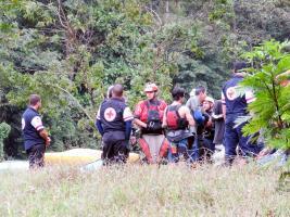 Amigos de la víctima buscaron varias horas hasta que ubicaron el cadáver en medio de ramas en el río