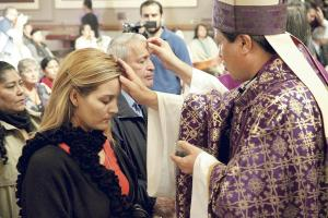 Monseñor Quirós, de la Iglesia católica, y miembros de la Iglesia Episcopal Costarricense impusieron la cruz a los fieles