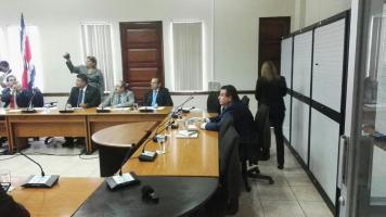 Empresario compareció ante los legisladores.