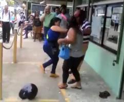 Las dos damas arrinconaron al sujeto.