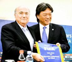"""El """"Chino"""" Li espera muy pronto recuperar su libertad, a pesar de que se le han ido cerrando los portillos judiciales. En la foto junto a Blatter"""