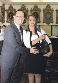 Celso Gamboa y su esposa Íngrid Torres compartieron tras la juramentación. Esperan un nuevo bebé