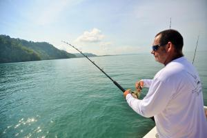 Donald Mc Guinness pesca a los tiburones martillo, una vez capturados se los entrega a Andrés López e Ileana Zanella, de Misión Tiburón. Estos se encargan de medirlos y tomar datos para hacer el marca