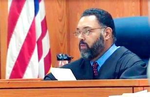Este es el juez Lou Olivera